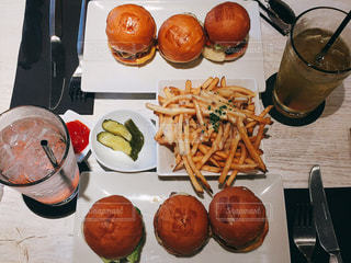 食事,ランチ,屋内,ハンバーガー,アメリカ,パン,野菜,皿,チーズ,レストラン,ロサンゼルス,美味しい,ドリンク,表参道,カジュアル,西海岸,アメリカン,行列,ポテト,ファストフード,ビーフ,おしゃれ,人気店,食欲の秋,インスタ映え,スライダーバーガー