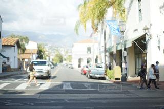 街の通りを歩いている人のグループの写真・画像素材[1003934]