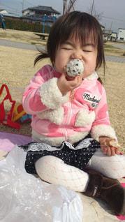 食べ物,公園,子供,女の子,おにぎり,ピクニック,食欲,食欲の秋,お口が小さい,食べづらそう
