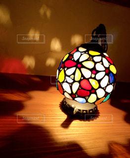 テーブルの上のランプの写真・画像素材[1540803]