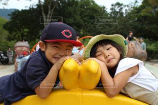 黄色い帽子をかぶった小さな男の子の写真・画像素材[1585378]