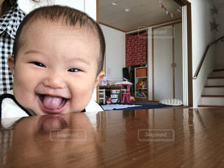 小さな子供がカメラで笑っての写真・画像素材[1591669]