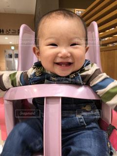 椅子に座っている赤ちゃんの写真・画像素材[1599889]