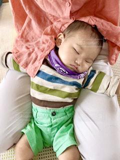 赤ん坊を持っている人の写真・画像素材[1634560]