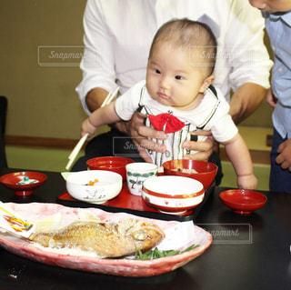 食品のプレートをテーブルに座って赤ちゃんの写真・画像素材[1641599]