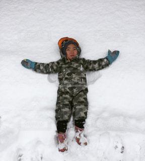 雪に倒れこむ息子の写真・画像素材[1670654]