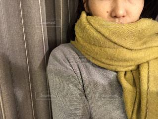 若い女の子がセーターに眠っています。の写真・画像素材[1681898]