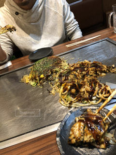 食物と一緒にテーブルに座って人の写真・画像素材[1757336]