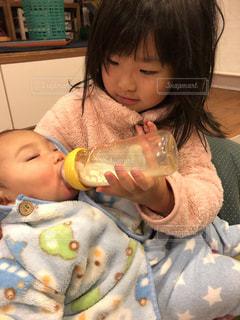 弟にミルクを飲ませてくれるお姉ちゃんの写真・画像素材[1790204]