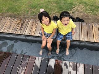 足湯をする姉弟の写真・画像素材[2365836]