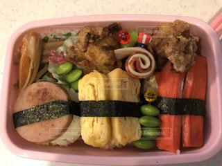 皿の上に異なる種類の食物で満たされたプラスチック容器の写真・画像素材[3141552]