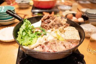 テーブルの上に食べ物のボウルの写真・画像素材[1779749]