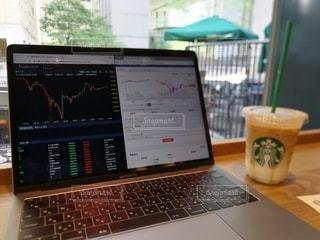 カフェ,パソコン,ノートパソコン,PC,スタバ,ビジネス,MacBook,チャート,リモートワーク,ビジネスシーン