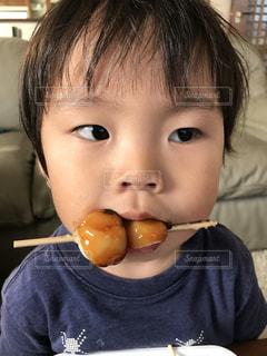 いくつかの料理を食べている男の子の写真・画像素材[1511414]