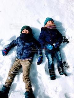 雪の中に立っている人々 のカップルの写真・画像素材[1773235]