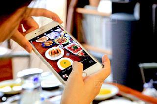 食欲の秋、ダイエットアプリで食べすぎチェックの写真・画像素材[1523377]