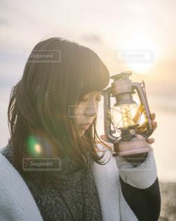 眼鏡をかけて、selfie を取って女性の写真・画像素材[1617877]