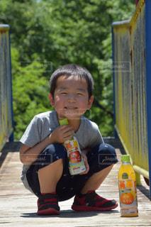 スケートボードに乗っている少年の写真・画像素材[2224278]