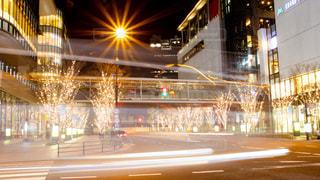建物,夜,夜景,ビル,屋外,道路,街,光,イルミネーション,都会,レーザービーム,Snapmart,街路樹,アンバサダー,グランフロント大阪,シャンパンゴールド