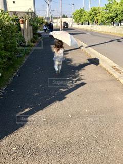 屋外,青空,散歩,女の子,道,歩道,住宅街,日傘,お散歩