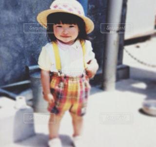 帽子をかぶった小さな女の子の写真・画像素材[1588633]