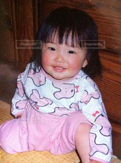 テーブルの上に座って赤ちゃんの写真・画像素材[1588636]