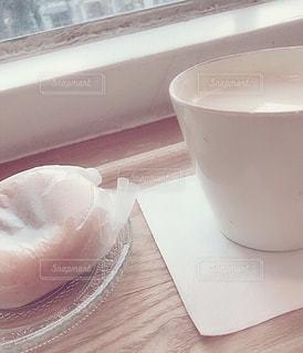 テーブルの上のコーヒー カップの写真・画像素材[1621510]