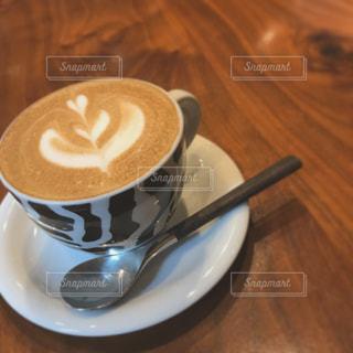 テーブルの上のコーヒー カップの写真・画像素材[1621571]
