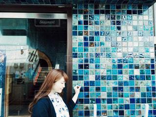 建物の前に立っている女性の写真・画像素材[1631594]