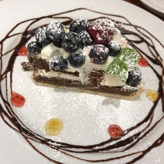 近くにケーキの皿にアイスクリームをの写真・画像素材[1671026]