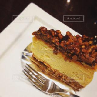 皿にチョコレート ケーキの写真・画像素材[1671041]