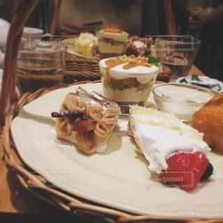 皿の上のケーキの一部の写真・画像素材[1671043]
