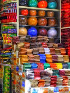 カラフルな香辛料の店の写真・画像素材[2343310]