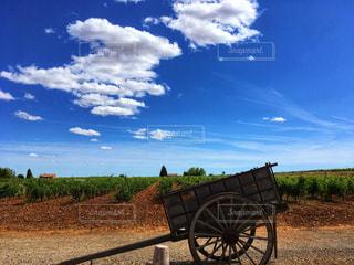 真っ青な空に浮かぶ雲の写真・画像素材[2415296]