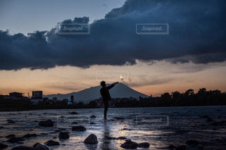 水の体に沈む夕日の写真・画像素材[1713993]