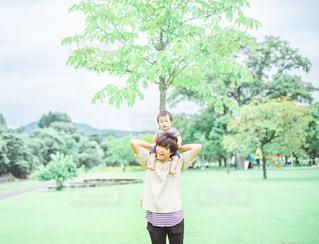 息子と肩車の写真・画像素材[2368071]