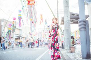 通りを歩いている小さな女の子の写真・画像素材[2369247]