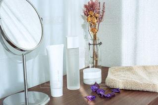 テーブルの上に花瓶の写真・画像素材[2903840]