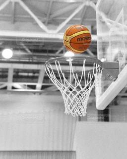 近くにバスケット ボールの試合のアップの写真・画像素材[1509620]
