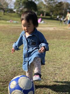 サッカーボールを蹴る女の子の写真・画像素材[1556749]