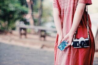 赤いドレスを着た女性の写真・画像素材[2093234]