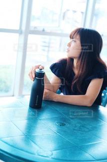 女性,空,窓際,アンバサダー,水筒,タケヤ,タケヤフラスク,タケヤフラスク トラベラー