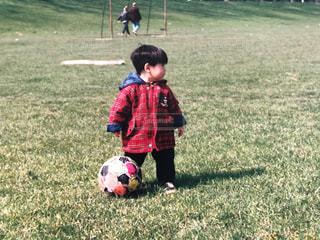 サッカーボールをフィールドに持っている幼児の写真・画像素材[2200825]