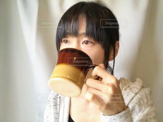 飲み物を飲む女性の写真・画像素材[2081100]