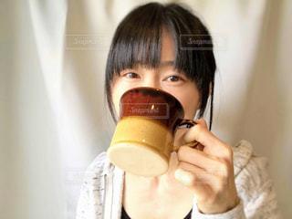 飲み物を飲む女性の写真・画像素材[2081107]