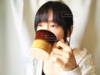 飲み物を飲む女性の写真・画像素材[2088654]