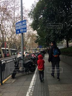 風景,冬,屋外,スクーター,看板,親子,バイク,景色,標識,樹木,都会,人物,道,人,歩道,中国,こども,少年,上海,父親,男の子,海外旅行,父子,通り,父,日中,中国語