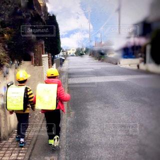 通学路を歩く小学生の写真・画像素材[4326721]