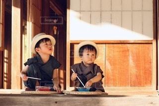 窓の前に座っている人の写真・画像素材[3581950]