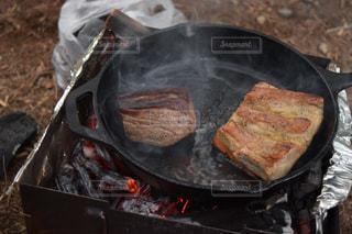 アウトドア,キャンプ,肉,スキレット,焚き火,ステーキ,焼豚,アウトドアクッキング